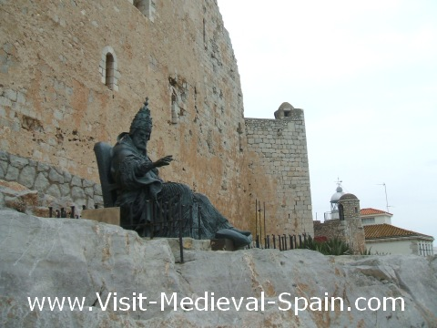 A lifesieze bronze statue of the medieval Pope Papa Luna sat outside the walls of Peñiscola castle (El Castillo de Papa Luna)